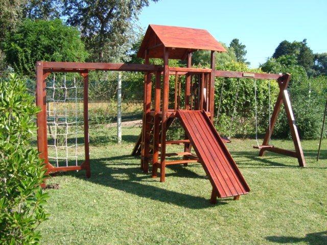 Imágenes de cabañas infantiles y juegos de madera en Lomas de Zamora