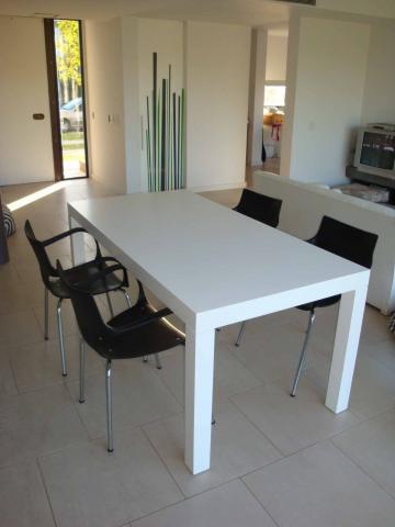 Mesa laqueada blanca en tigre for Mesas de cocina blancas y madera